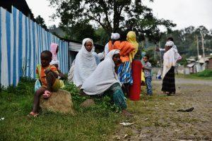 Des femmes sont assises dans le quartier juif de Gondar, à l'extérieur de la synagogue.