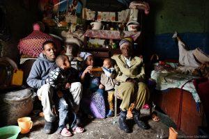 Tigabu Birhanu et sa femme Enmita posent avec leurs enfants et le grand-père de Tigabu, Mekonnen, dans leur maison du quartier juif de Gondar. Tigabu et Mekonnen habitent en Israël, Enmita vit seule avec les enfants à Gondar.